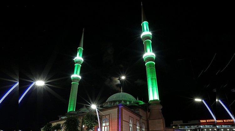 Cami minareleri ışıklandırıldı