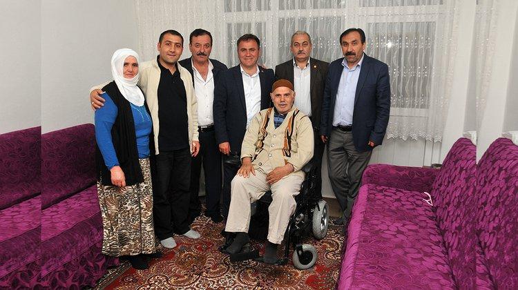 Başkan Çimen, vatandaşlara akülü tekerlekli sandalyelerini teslim etti