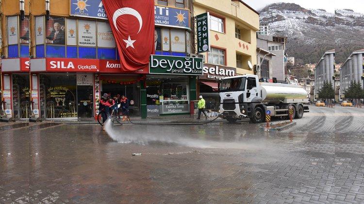 Caddeler yıkanarak dezenfekte ediliyor