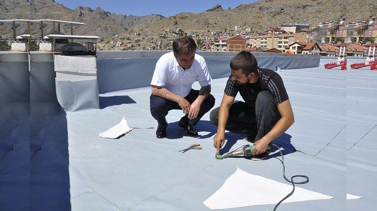 Belediye'nin teras katında yalıtım çalışması başlatıldı