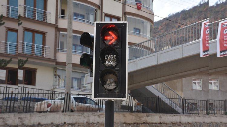 Gümüşhane belediyesinden Trafik ışıklarıyla koronavirüse karşı 'Evde kal' çağrısı