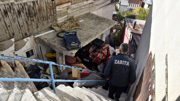Belediye ekipleri 2 ayrı evden 3 kamyon dolusu çöp çıkardı.