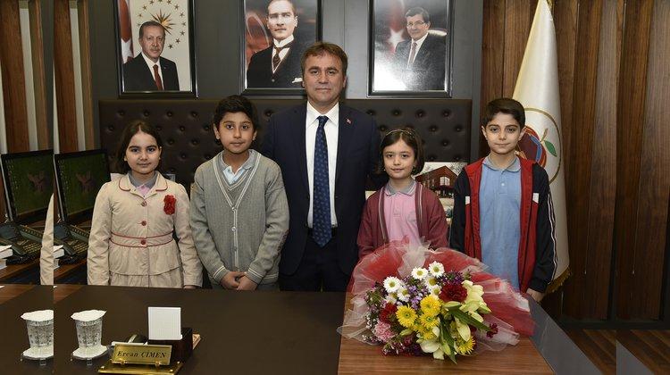 Başkan Çimen görevini öğrencilere devretti