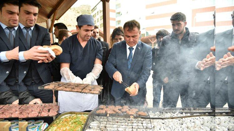 Belediye'den Üniversite Öğrencilerine Köfte-Ekmek İkramı